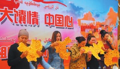 新疆举行啃大馕比赛:啃出中国地图(图)