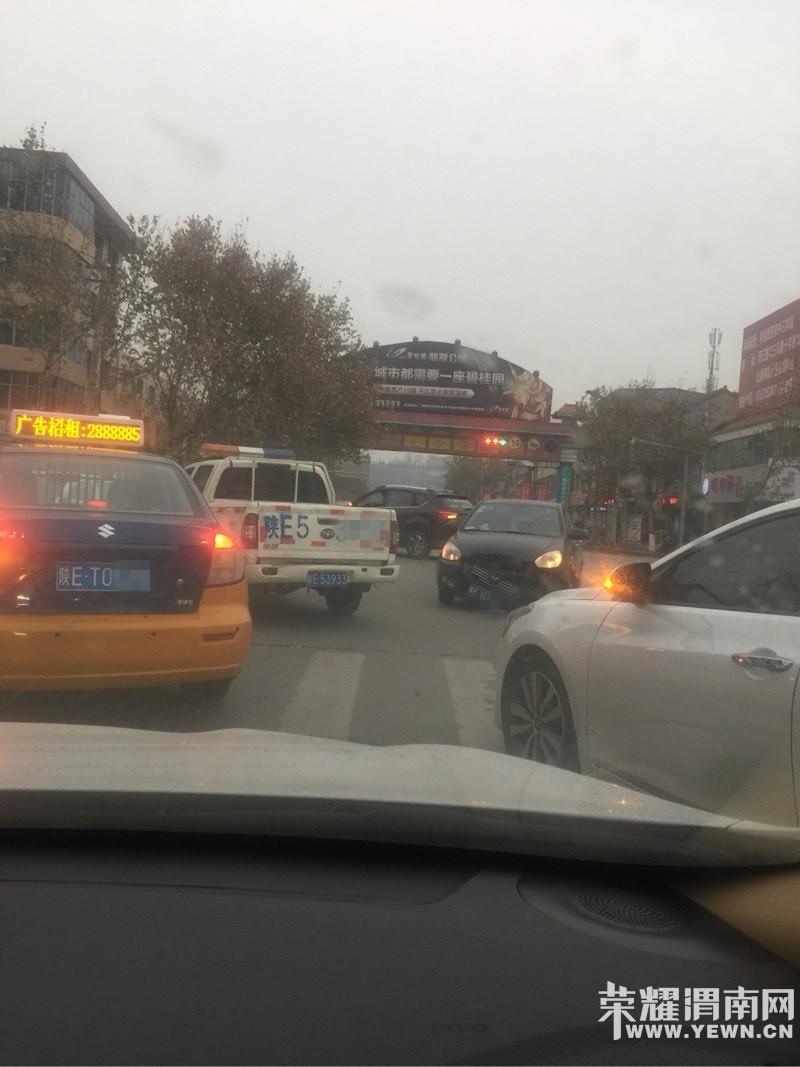 朝阳路与西二路十字发生车祸,再急也要注意,安全第一